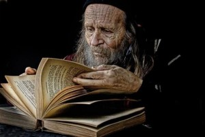 anciano-leyendo-libro-antiguo