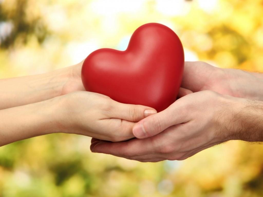 manos-de-una-pareja-sosteniendo-un-corazon_8953