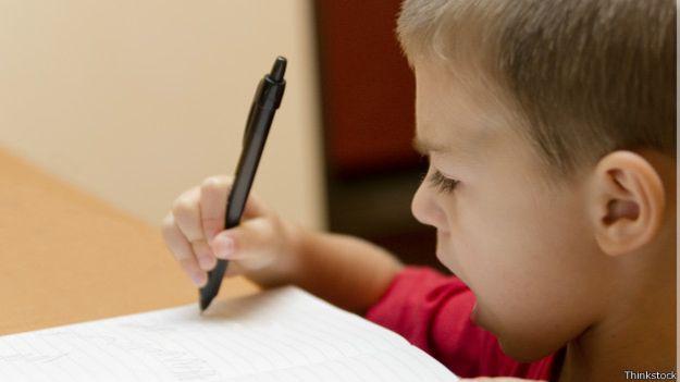 Investigaciones apuntan que aprender a escribir a mano puede ayudar a aprender a leer.