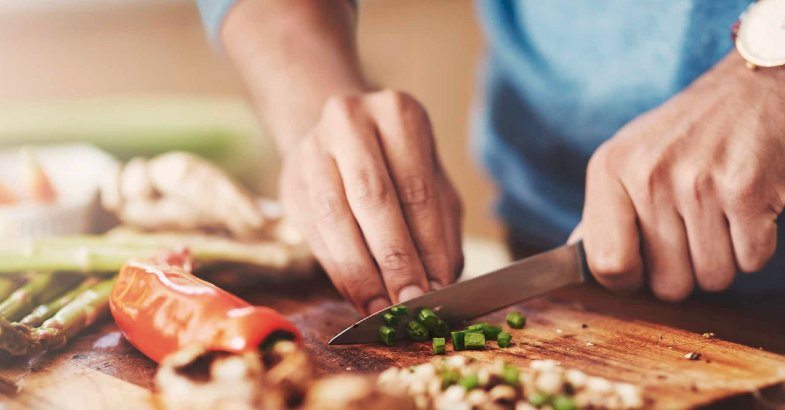 cortar las verduras para preparar una parilla vegetariana
