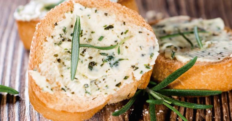 pan con ajo como apertivo para esperar a la barbacoa vegetariana