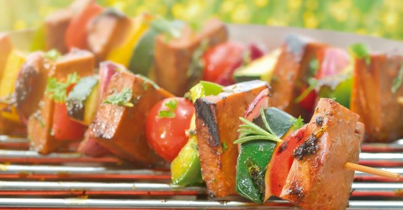 parrilla vegetariano con tomate hamburguesas vegetarianas y vegetales