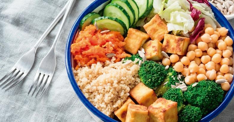 recetas vegetarianas ensalada de quinoa tofu brocoli canonigos rucula zanahoria y semillas